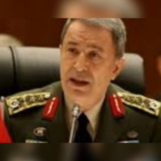 وزير الدفاع التركي وكبار المسؤولين العسكريين على الحدود السورية التركية.